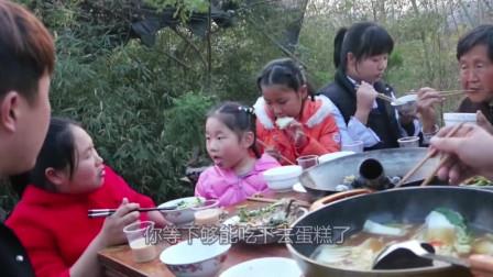 """女儿生日胖妞整个""""寿桃""""大蛋糕,一家人围在一起吃,真开心"""