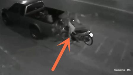 男子把车停路边去办事,回来一看,当场崩溃了