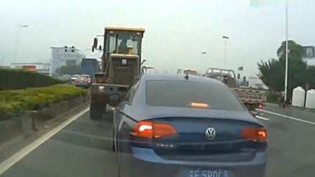 大众司机连续加塞变道,谁知惩罚来的太快,网友:活该