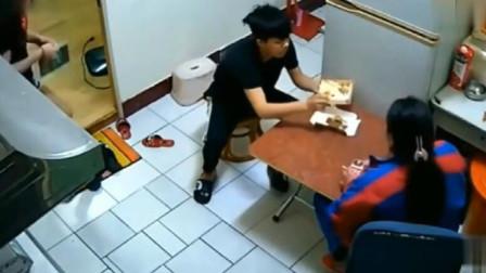 母子俩正在吃饭,女友刚走进来,下一秒吓得腿都软了