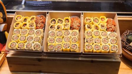 街头小吃煎蛋卷紫菜包饭,8元1盒,看得口水都要流出来