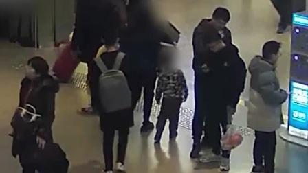 北京 三岁儿童走散急坏家长 铁警帮忙寻回 新闻早报 20200110 高清