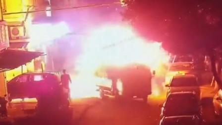 """小区内货车起火 特警砸窗开着""""火车""""直奔消防栓"""