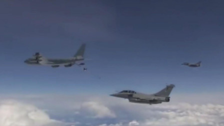 KC-135空中加油机硬管再接上一段软管为阵风进行空中加油