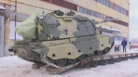 俄罗斯2S19型自行榴弹炮爬上板车用卡车转场