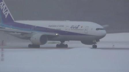 波音777暴风雪后清理干净的跑道上高速起飞,气流吹起积雪满天飞