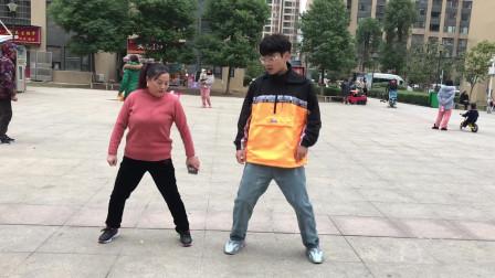 广场流行的鬼步舞《米字步》,老师慢动作一步一步教,边看边学