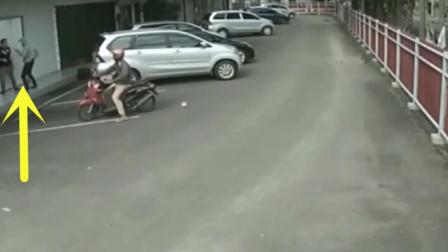两劫匪骑车打劫女孩,路人的反应无敌了,跑还来得及吗?