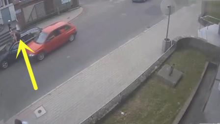 豪车司机下车怒吼女司机,谁知女司机怒撞了上去