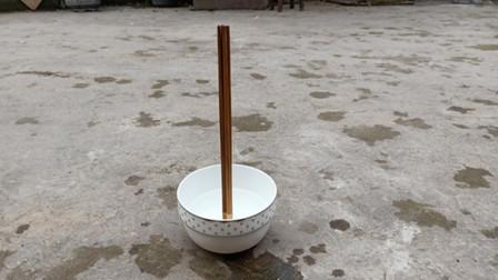 """农村老人""""立筷子""""是迷信?都说一般人学不会,下一秒难以置信"""