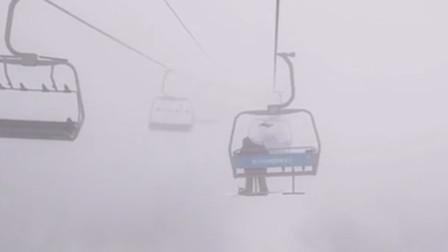阿坝州滑雪场缆车停电 雪友高空被困3小时