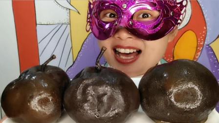 """小姐姐吃地方小吃""""冻梨"""",冰渣裹着黑圆球,内里雪白清甜超冰爽"""