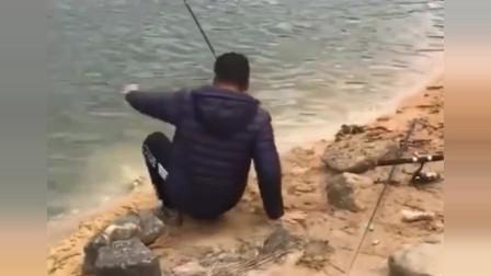 """这才是农村小伙尴尬的一幕,不仅鱼没上岸,自己还被""""耍""""了!"""