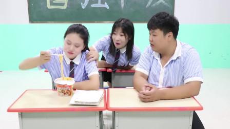 """学霸王小九短剧:女同学为防同学偷吃泡面,没想却用""""门锁""""锁住泡面,太有才了"""