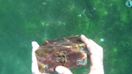 """老外海底寻宝,意外获得一个""""宝箱"""",打开一看失望至极!"""