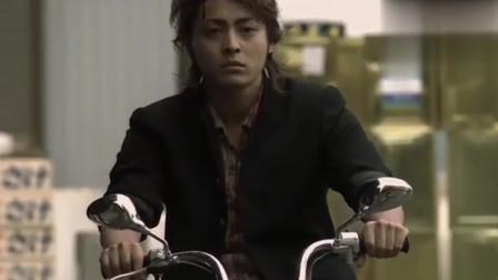 热血高校:日本经典,热血少年摩托车狂飙,直喊不要看不起穷人
