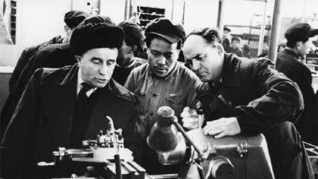 中苏关系破裂,苏联专家不愿意撤走,连夜为我国留下大量资料
