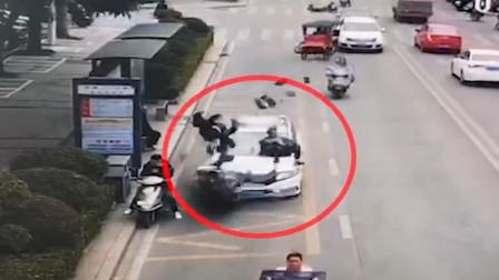 福州一轿车沿路冲撞多辆电动车 致1死9伤