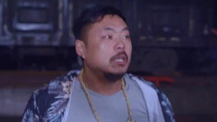 蝎子李卧底金三角赌场被发现,逃亡后赌场打手追杀。