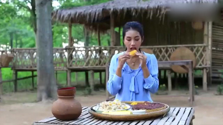 泰国李子柒:摘菠萝做蛋糕,网友:一个天上一个地下