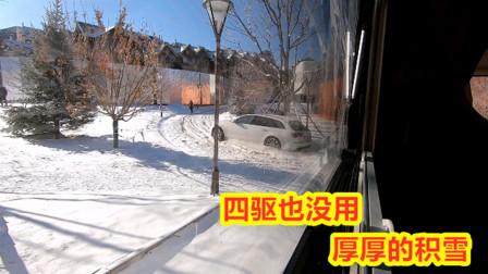 李理目睹至少20辆车在积雪上抛锚,雪场造一夜雪,堆积在路上