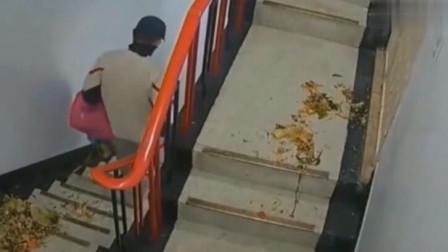 男子下楼倒垃圾还不忘缺德事,邻居看完后,彻底怒了