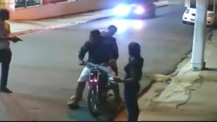 小情侣回宾馆的路上,突然遭遇劫匪,男友的反应厉害了