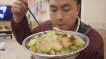 一斤肥肉炒一锅榨菜,肥肉炒榨菜是老汉的最爱,下饭吃着过瘾