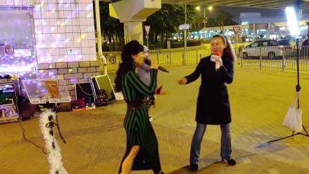 街头艺人小红和小勤翻唱《潇洒走一回》,真好听,谁听都得醉!