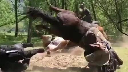 马和人摔得够厉害,拍摄中辛苦了骑马的兄弟