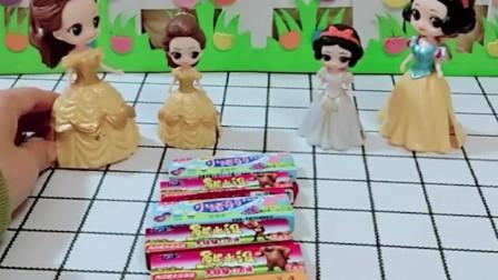 贝儿嘲笑白雪没钱给小白雪买糖,小贝儿把自己的糖果给小白雪了,小贝儿真好!