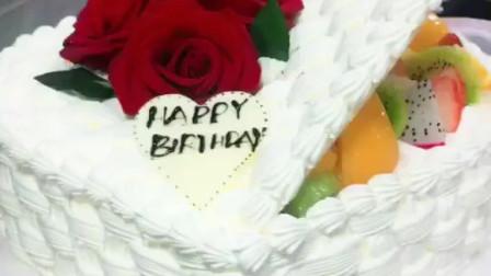 送女朋友什么样的蛋糕好?心形玫瑰花蛋糕,鲜花蛋糕表心意,新鲜玫瑰花,新鲜水果,新鲜奶油,女朋友喜欢极了