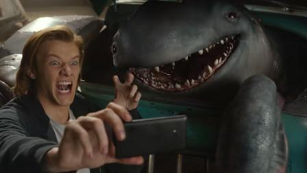 小怪兽躲在汽车里偷喝汽油,还知道自己开汽车,一部搞笑怪兽电影