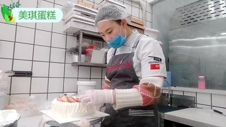 草莓寿蛋糕最好吃的做法,配上数不清的草莓,方法简单几分钟搞定