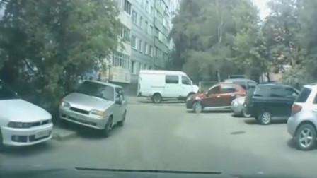 撞完闺蜜又撞车,记录仪拍下女司机搞笑的一幕,她真是个人才!
