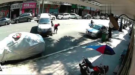 左拐不观察路况,摩托司机吓得直接翻入车底,监控拍下全过程