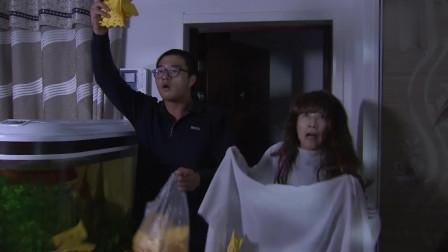 老太太半夜装神弄鬼吓唬房客,谁知一打开门把自己给吓晕了~