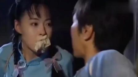 美女和小伙被绑架,俩人互撕对方嘴里的棉布,棉布掉了他们还没停下来