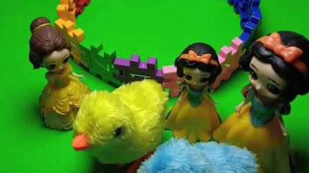贝儿拿了白雪养的小鸡,小贝儿又把小鸡还给白雪,小贝儿真好!
