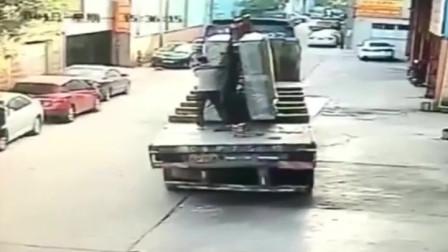 男子站在货车上用手扶玻璃,要不是监控,谁会相信他的惨痛经历