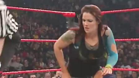WWE:4个女人上演大戏,每个身材都超级丰满,男人都不敢帮忙!