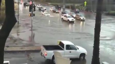 监控:兰博基尼车主真任性,这么多积水还要硬冲