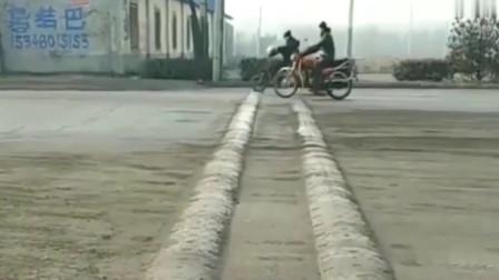 监控:大哥骑着电动车过减速带,堪称教科书式