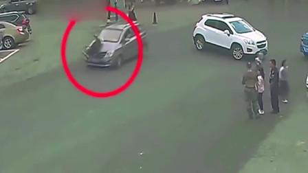 老人站在路口, 死神突然从身后降临, 女司机把他硬生生的卷进车底