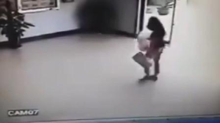 美女见证了三只傻二哈都撞玻璃上了,估计这个女的会笑癫了