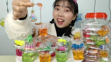 """小姐姐吃趣味零食""""水果味拉拉糖"""",包装似果冻送玩具,扯丝香甜"""