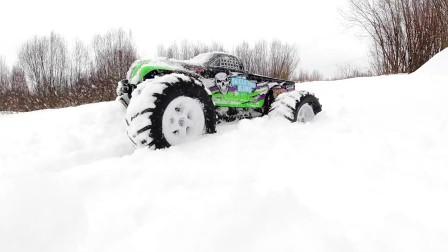 看超厉害的巨无霸越野车在雪地上的大冒险吧.mp4