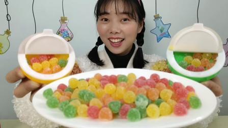 """美食拆箱:小姐姐吃趣味""""雪花橡皮糖果"""",糖粉裹小球,果味Q弹"""