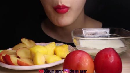 吃货小姐姐:小姐姐吃酸奶和水果搭配起来,夏天吃才更美味!