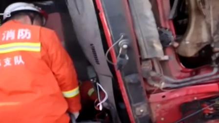 货车侧翻,司机被困,消防紧急施救